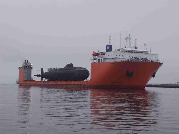 Транспортировка подводной лодки над водой =)