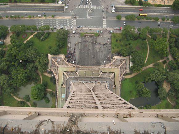 захватывающий вид под ногами с самого верха Эйфелевы Башни