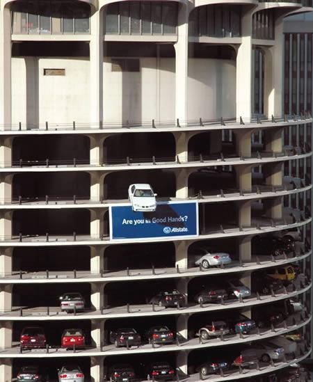 здание и реклама
