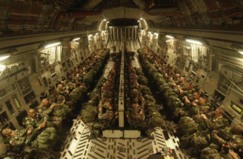 Солдаты в военном самолете